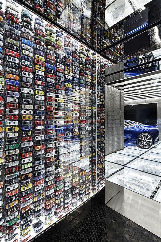 東京・青山に続き、世界で二番目のブランド旗艦スペースがドバイにオープン。空間に入ると、ダイニングフロアとギャラリー機能を持つ「ガレージ」と名付けたフロアの二層が同時に見渡せ、スピンドルグリルやガラスの床に組み込んだ車のパーツの集積など、このブランドらしさが視界に飛び込んでくる。レクサスの要素や匠の技を再編集して新たなデザインにしていくという東京での考え方を踏襲しつつ、砂漠のサンドウェーブからインスピレーションを得た大きなうねりを持つ天井などドバイらしさが盛り込まれている。またダイニングにはシェフズカウンターを設置、エンターテインメント性をさらに高めている。