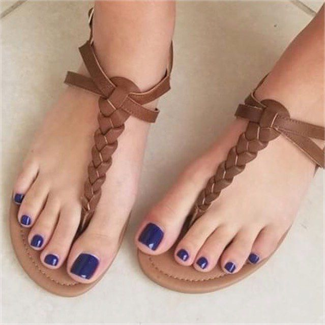 Pretty toes x cute sandals courtesy of @foot_goddess ...