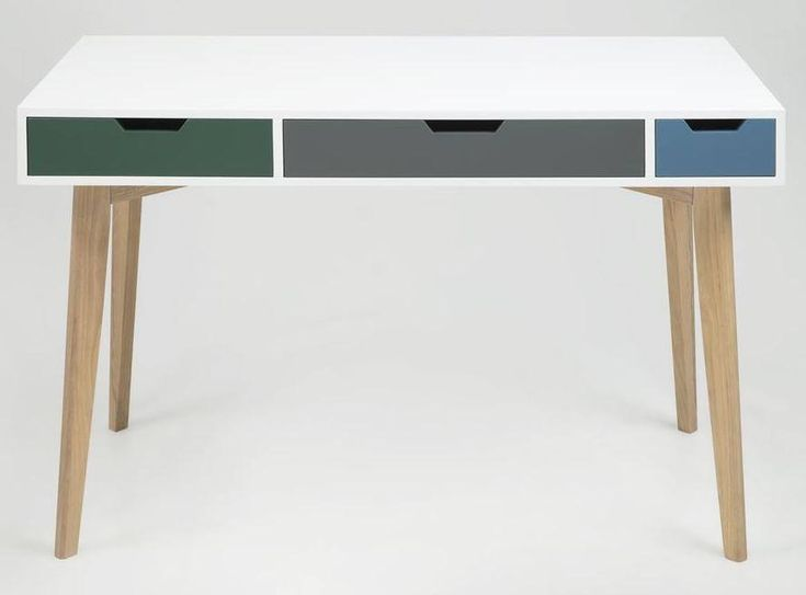 Kuki Skrivebord - Hvid - Hvidt skrivebord i et modigt design. Skrivebordet er fremstillet i træ og har tre praktiske skuffer, hvor der er plads til både computer, notesbøger og skriveredskaber. Et perfekt skrivebord til det lille hjem med hang til godt design.