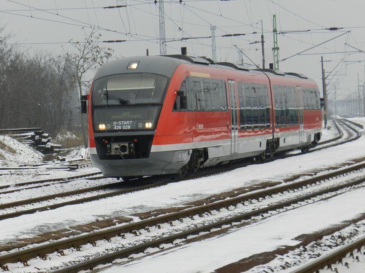 Magányos Desiréé, akarom mondani a 426-028 diesel motorvonat halad Esztergomból jövet a Nyugati pu. felé.