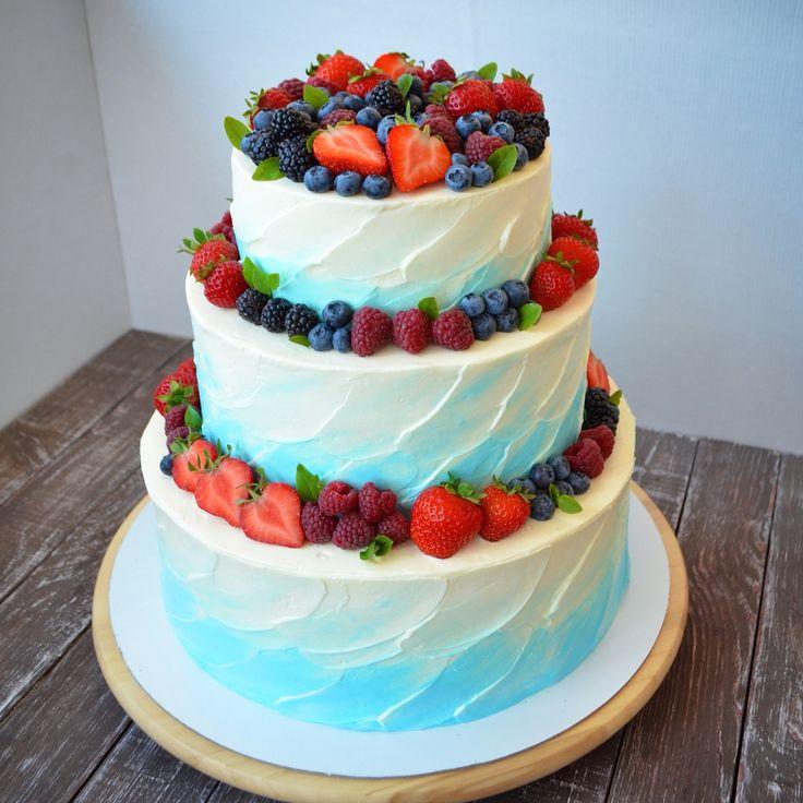 Тортик для небесной свадьбы. Внутри ароматный медовик, суфле три шоколада и ягодный Фрезье. Автор Яна Терехова