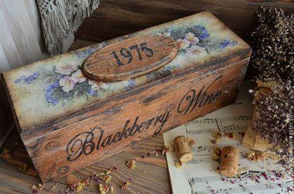 Короб в стиле старого кантри. Выполнен полностью из массива дуба. Необычная и стильная упаковка для подарка в виде бутылочки вина. Ьак же в коробе можно хранить пряные травы и специи, чайные сладости,