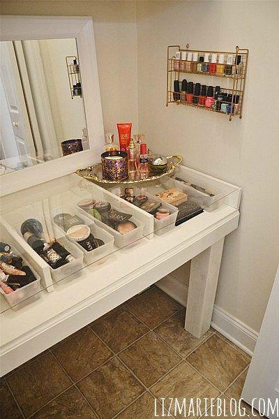 Haga este tocador de base de cristal de bricolaje para realmente ver todos los cosméticos de su propiedad. | 31 Trucos baratos para hacer de tu baño la mejor habitación de la casa