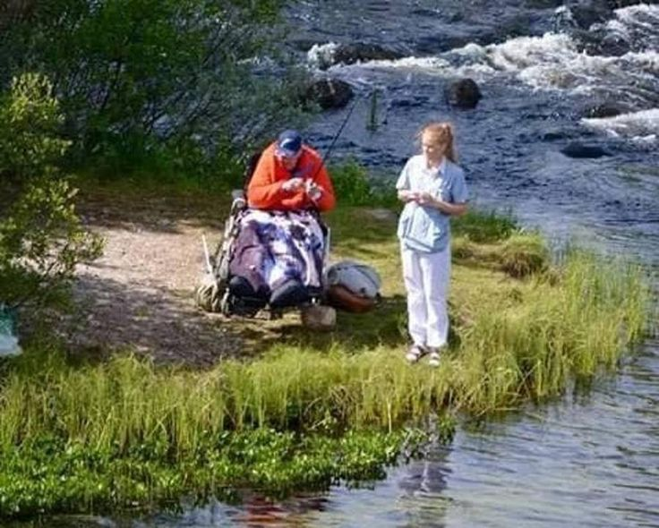 Maja Solbakken på fisketur med den ældre mand i kørestol. (Foto: Privat).