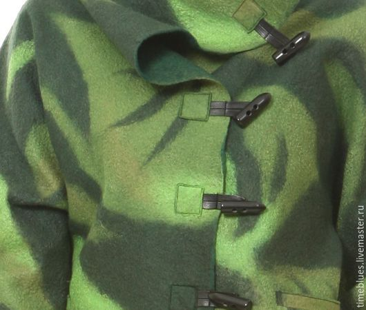 Удобные декоративные застежки и прорезные карманы завершают лаконичный образ этой яркой, зеленой куртки.