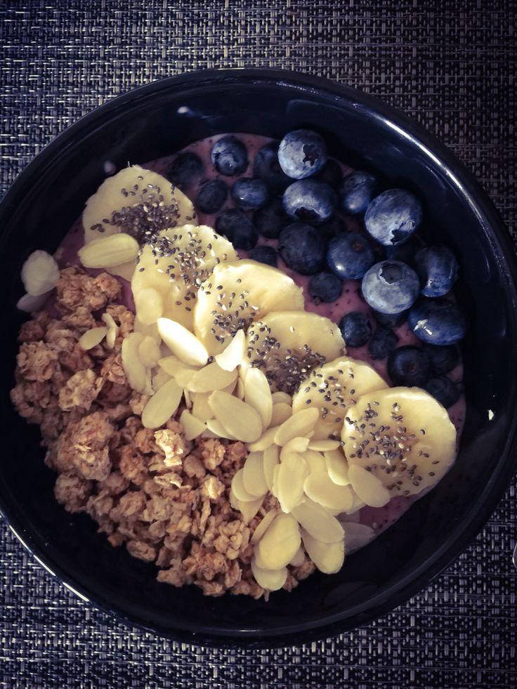Bol smoothie! (Dans le blender, mélanger 1/2 T. de mangue congelé, 1/2 T. De bleuet, 1/2 T. De yogourt au framboise, 1 Tbs. Sirop d'erable et 1/4 Tsp de vanille) Mettre le tout dans un bol puis parsemez de 1/2 T. De bleuet, 1/2 T. De banane, 1/2 T. De céréal au choix, 1/2 banane, 30 ml d'amande, 1 tsp de graine de chia! Dégustez!!!