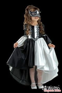Подскажите пожалуйста, как выкроить низ подол и рукава такого платья?