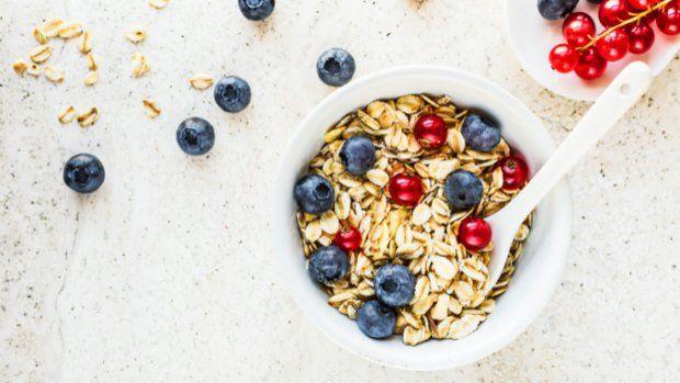 Ovesné vločky jsou hitem posledních let ve zdravé výživě. Zdánlivě obyčejná surovina je nejen velmi výživná, ale i plná vitaminů, stopových prvků a vlákniny. Vločky mají mimo jiné vysoký obsah železa, který je takřka stejně vysoký jako u masa.