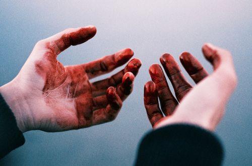 Blurry blood covered hands | кровь, смерть, руки