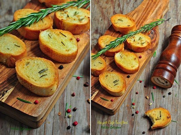 Bu sarımsaklı ekmek dilimlerini, sıcak sıcak yine bol baharatlı zeytinyağına bandıra bandıra yemesi var ya…Beni bitiriyorrr:)Yanında siyah zeytin, peynir ve en demlisinden çayla, doyum olmuyor bu sarımsaklı ekmeğe:) Genelde akşam yemeğini, kahvaltıyla geçiştirdiğimizde yapıyorum bu sarımsaklı ekmeği ama sabah sabah sarımsak kokusu rahatsız etmez derseniz, kahvaltıda da süperrr oluyor 🙂 Tek dikkat etmeniz gereken ekmekleriRead More