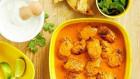 Curry syntyy kookomaidosta ja valmiista currytahnasta.