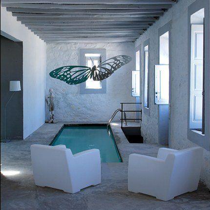Ahhhh.  If only . . . Une petite piscine à débordement conçu par le paysagiste François Navarro.