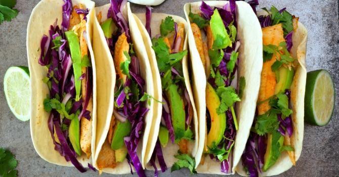 Recette de Tacos poids plume au poisson épicé, chou rouge et avocat. Facile et rapide à réaliser, goûteuse et diététique.