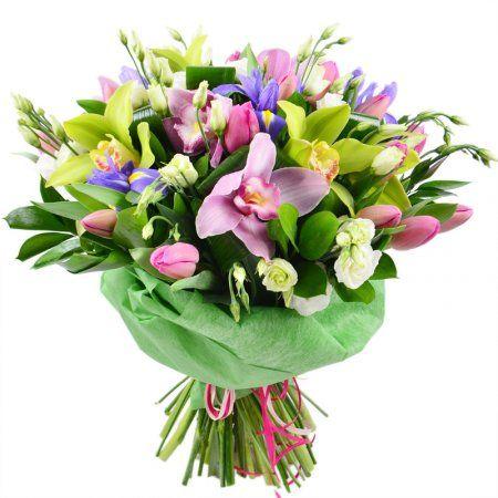 Букет «Зеленый сад» наполнит жизнь получательницы весной, легкостью и позитивом. Этот фейерверк сочных и мягких красок способен разрисовать даже самые мрачные будни, превратив их в праздник. Розовая и зеленая хризантема прекрасно сочетаются с нежно-белой эустомой. Все вместе, они создают восхитительный дамский подарок с волшебными фиолетовыми нотками ириса.
