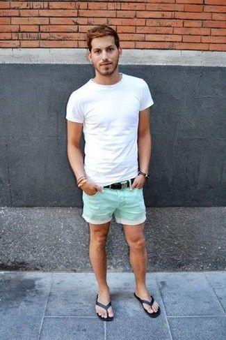 Look de moda: Camiseta con Cuello Barco Blanca, Pantalones Cortos Verde Menta, Chanclas Negras, Correa de Lona Negra