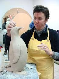 boetseren: een vorm in model brengen door materiaal bijvoorbeeld klei, toe te voegen en te verplaatsen