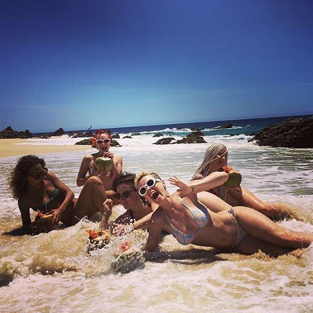 Katy Perry und ihre Mädels �� . Source @katyperry #celebrity #promi #katyperry #popstar #superstar #singer #musician #beach #strand #vacation #holiday #urlaub #girlstrip #bikini #beachbody #coconut #cocktails http://tipsrazzi.com/ipost/1512312474409798991/?code=BT80C7Slo1P