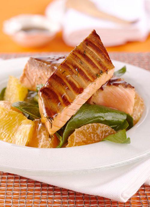 <p>El salmón es un pescado con muchas proteínas y es una excelente opción para una comida más liviana, en lugar de servir una carne roja. El glaseado de miel de maple y la ensalada de naranjas son un buen acompañante pues resultan refrescantes y con mucha textura.</p>