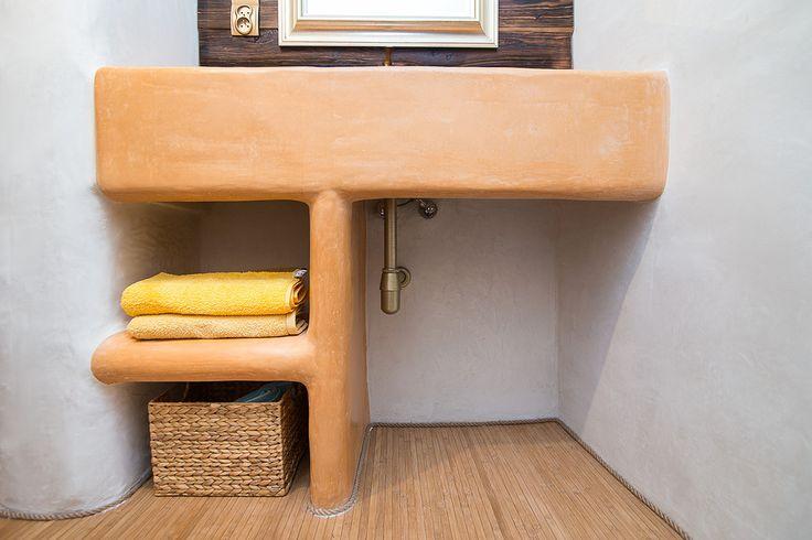http://budujnaturalnie.pl/  umywalka  została pokryta wodoodpornym tynkiem Tadelakt. Materiał: http://www.dom-z-natury.pl/tynk_tadelakt.html