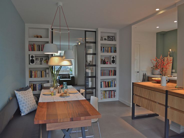 Woonkamer en suite : tegen de muur kan > meer ruimte tussen eetkamerstoelen en kookeiland
