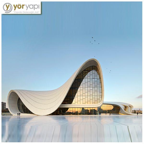 Ünlü Mimarlar   PRİTZKERMimari ödülünü alan ilk kadın mimarZaha Hadid'in konsept tasarımını; Kıbrıslı Türk mimar Saffet Kaya Bekiroğlu 'nun detay tasarımını yaptığı Haydar Aliyev Kültür Merkezi'nin mimarisi, Azerbaycan mitolojisinde yer alanHazar Denizi'nin yükselişini yansıtır. #ÜnlüMimarlar #ZahaHadid #HaydarAliyev #Azerbeycan #Mimar #Mimarlık #Architecture #MustSee #ModernArchitecture #ModernBuildings #ModernMimari #ModernBinalar