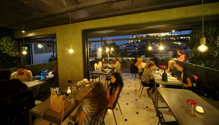 Η Θάλεια Τσιχλάκη δοκίμασε τα κοκτέιλ του νέου καταλόγου που υπογράφει ο Γιάννης Σαμαράς, στο μπαρ του roof garden, στο ξενοδοχείο The Zillers και καταγράφει τις εντυπώσεις της από αυτό που χαρακτήρισε retrofuturismo του bartending.