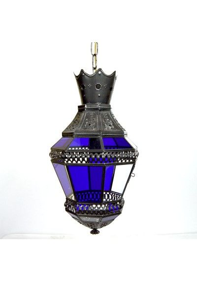 Colgante de techo. Fabricada en metal calado color plata envejecida con vidrio de color azul y transparente. Un casquillo E 27 apto para Led (bombilla no incluida).  La iluminación árabe se caracteriza por su espectacularidad.  Conseguirás un efecto de luz decorativo y sorprendente. Colócala en el salón o comedor para crear una atmósfera íntima y acogedora. Envío gratis en 24h.