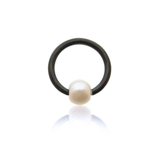 Piercing anneau en acier noir avec perle clipée nacrée. Confectionné de manière artisanale, C-bo vous garanti une grande qualité.