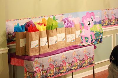 Return gift. Brown bag with colored tissues That's what mommies do!: My Little Pony Birthday Party