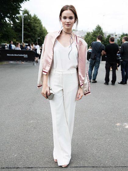 Auch Schauspielerin Emilia Schüle treffen wir vor dem Fashion Week-Zelt. Sie kombiniert ein Top von Marc O'Polo zur Hose von Peek