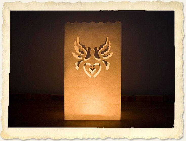 Creëer een sprookjesachtige sfeer op je bruiloft of feest met deze prachtige papieren lantaarns. Bijvoorbeeld als warm welkom voor je gasten door het pad naar de entrée te verlichten.