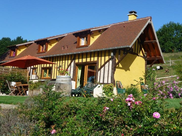 La Longére et sa terrasse donnant sur la vallée de la Touques www.martinaa.fr