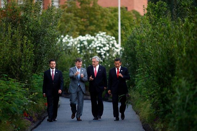 27 de ENERO de 2013/SANTIAGO, CHILE   Presidentes de la Alianza del Pacífico, caminan hacia Patio del Encuentro para informar sobre acuerdos alcanzados.   FOTO: SEBASTIAN RODRIGUEZ/AGENCIAUNO/PRENSA CUMBRE