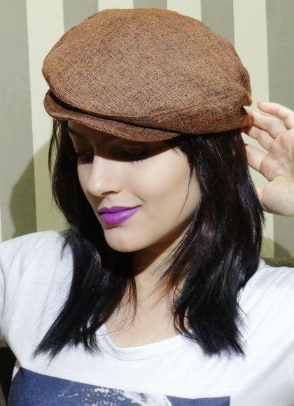 Boina italiana feminina esbanjando estilo elegância. A peça que faltava para finalizar seus looks.  Confira: http://www.elo7.com.br/boina-italiana-feminina-marrom/dp/583B5F