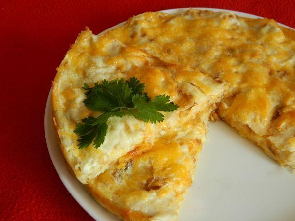 Для приготовления сырного пирога из лаваша вам понадобится: 1 упаковка тонкого лаваша, 4 ст. ложки майонеза, 400 г сыра, 1 стакан молока, 2 яйца, 30 г сливочного м…