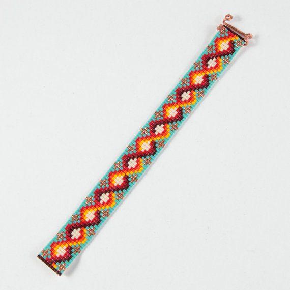 Questo bracciale Carlsbad perlina Loom è stato ispirato dai bei modelli nativi americani che vedo intorno a me qui ad Albuquerque, New Mexico. Come