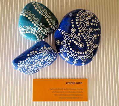 Piedras pintadas en azul / Painted stones in blue