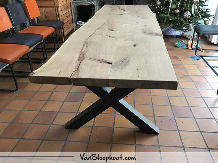 Boomstam tafel met een robuust X-frame! Deze tafel heeft een lengte van 3,4m. #boomstam #tafel #interieur #interior #kantoortafel #horeca #home #living #wonen #woontrends #inspiratie #trends #vtwonen