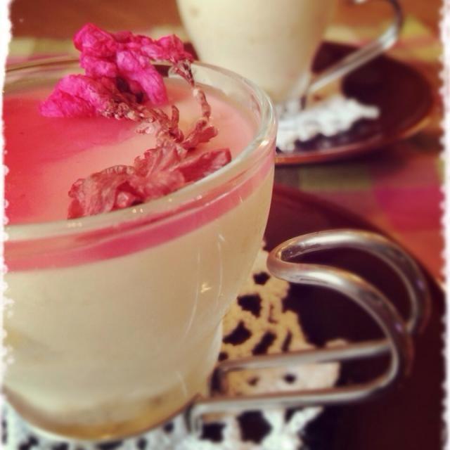 ティラミスというか… チーズババロア?ムース⁇ まぁどちらにしても美味しかったぁ - 334件のもぐもぐ - 桜のティラミス風カップケーキ by mizunoa