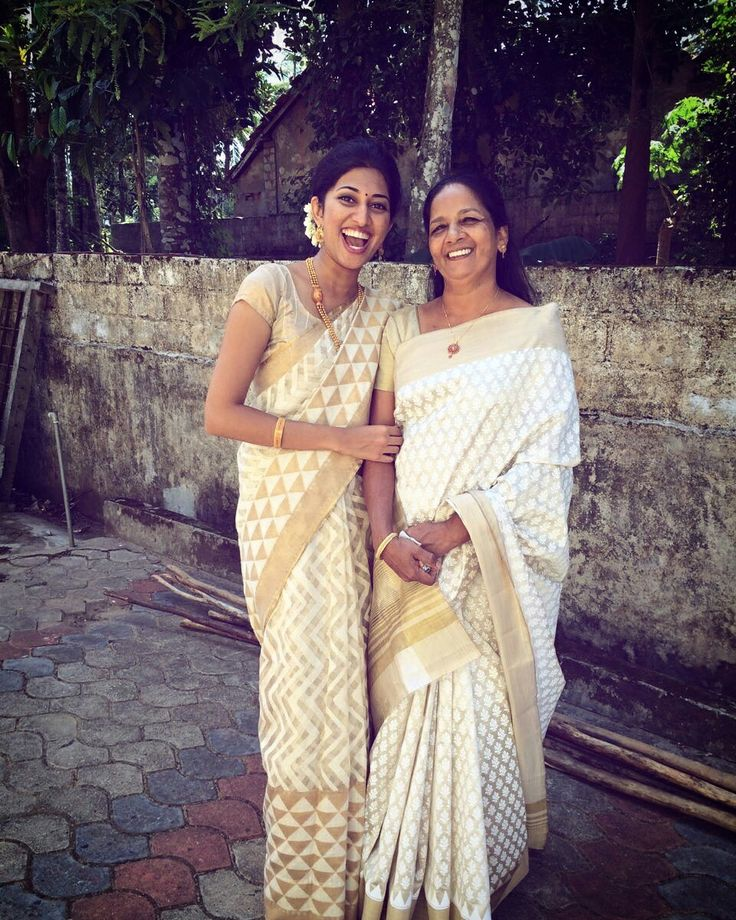 Could have bridesmaids in saris like this and I could wear a color #White #cream and #gold #jute net saree, indian style, wedding #saree #indian #wedding #flowers #bride