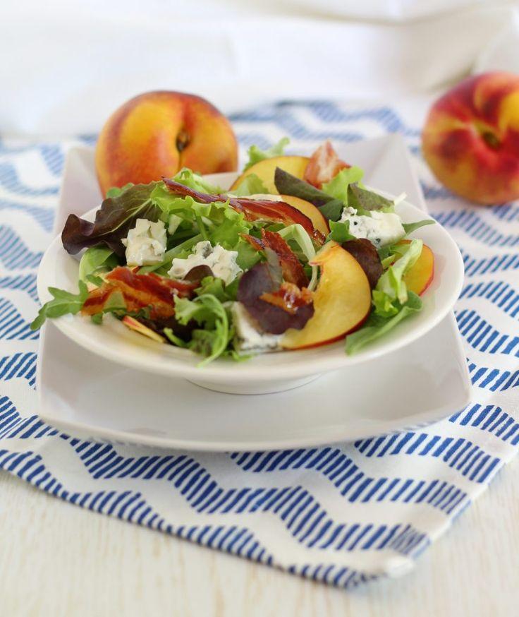 Insalata con bacon, pesche e gorgonzola/ Bacon, peach and blue cheese salad.