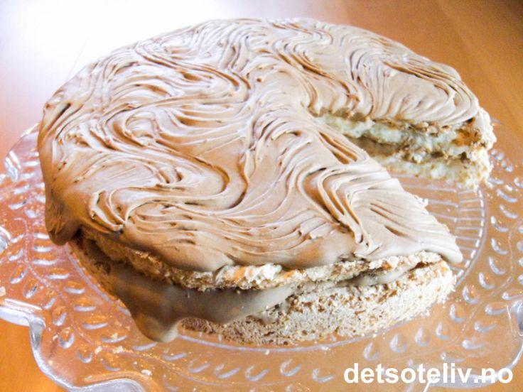 Her har du en superpopulær og trendy kake, som består av saftige kokosmarengsbunner som er fylt og dekket med en deilig, lys sjokoladekrem. En garantert vinner dersom du er glad i Bounty!!!