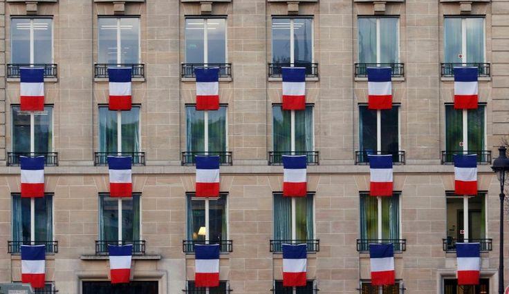 Paris in blau, weiß und rot: Das ganze Land gedenkt am Freitag der Opfer der...