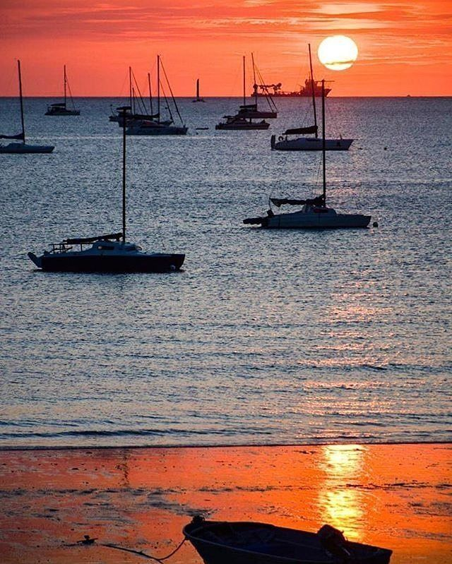 Oh come on #Darwin, now you're just showing off! This sensational sunset was captured by @supr_lili from the #DarwinSailingClub at Fannie Bay in @ausoutbacknt. This lovely bay is just a stone's throw from the man-made Lake Alexander which is the perfect spot for a barbeque or picnic, and is safe for swimming all year round. Nearby, you can take a tour of the fascinating Fannie Bay Gaol, a significant historic site which attracts thousands of visitors each year.