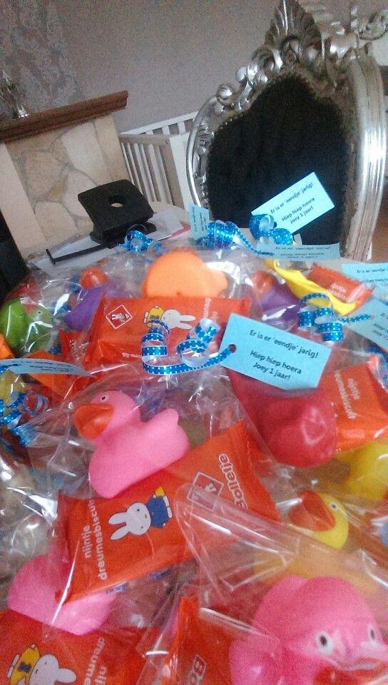Traktatie eendje 1 jaar: badeendje, nijntje koekje, ballon en kaartje met de tekst 'Er is er 'eendje' jarig! Hiep hiep hoera ... 1 jaar'
