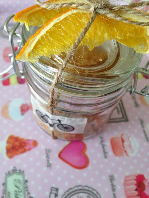 DIY  zucchero aromatizzato all'arancia e cardamomo http://scentedlittlepleasures.blogspot.it/2013/12/idee-natale-3-zucchero-aromatizzato.html