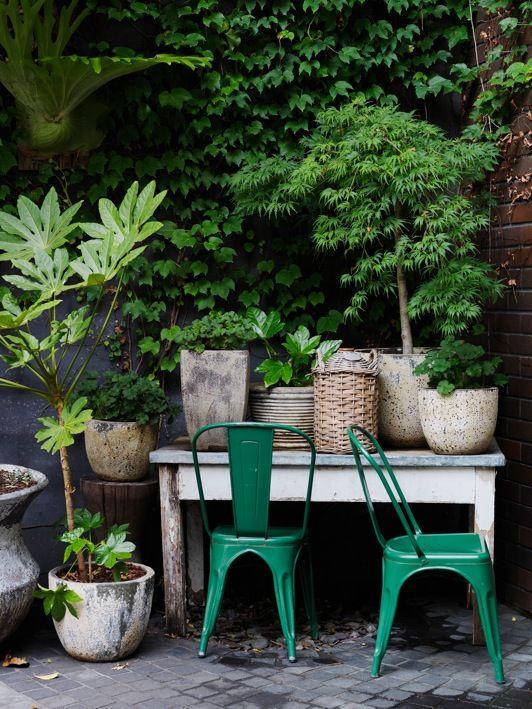 Différentes matières de pots/jardinières + chaises en métal