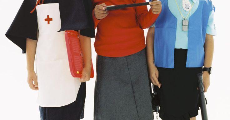 Cómo hacer una cofia de enfermera clásica. Haz una cofia de enfermera clásica de apariencia realista para completar un disfraz tradicional. Puedes hacer el gorro para el traje de enfermera de una niña con unos retazos blancos de tela o hacerlo con tela nueva satinada para un traje de enfermera sensual para un adulto. La parte delantera de la cofia puede ser conectada a una gorra ajustada ...