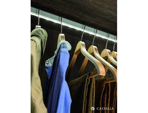 Barra con luz. Dale un toque de estilo a tu armario incluyendo una tira de led en la barra perchero.