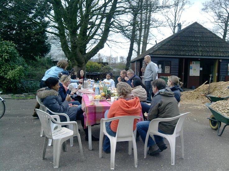 Nutstuin vereniging Hof van Noord - Tussendoor genoten van een heerlijke, gezamenlijke lunch en een leuk gesprek met de jongeren. Deze waren zo enthousiast en goed bezig dat we al om 14 uur klaar waren met alle klussen <:) Sjappoo<:)